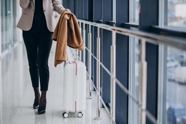 kobieta z walizka z polipropylenu