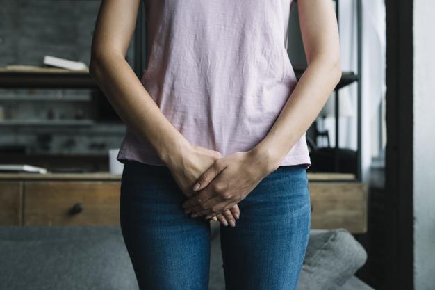 kobieta pokazuje bol okolic intymnych