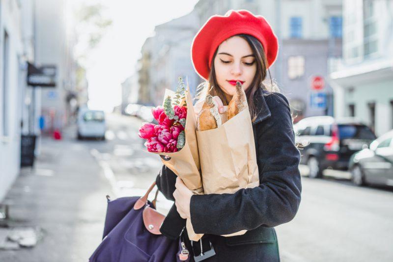 francuska-kobieta-trzyma-w-ręku-bagietki-i-torby-z-zakupami