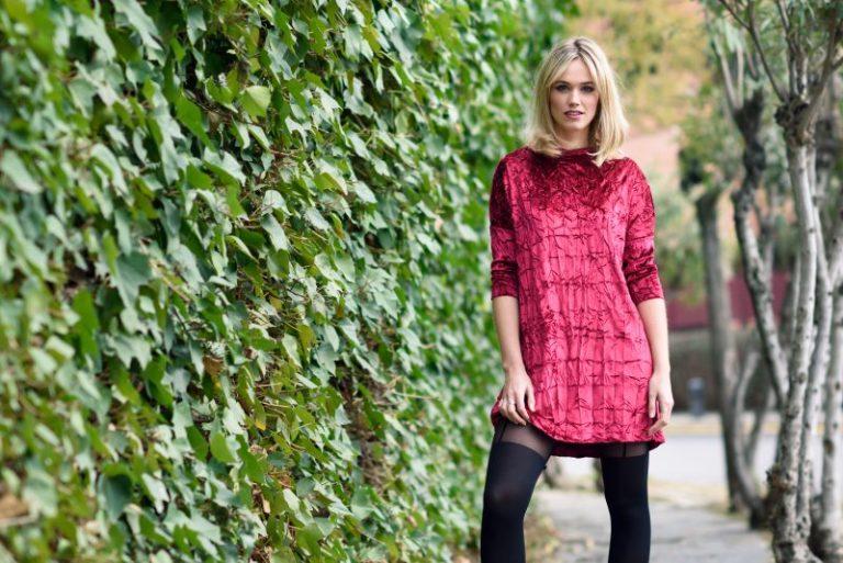 kobieta-w-różowej-sukience-i-czarnych-rajstopach