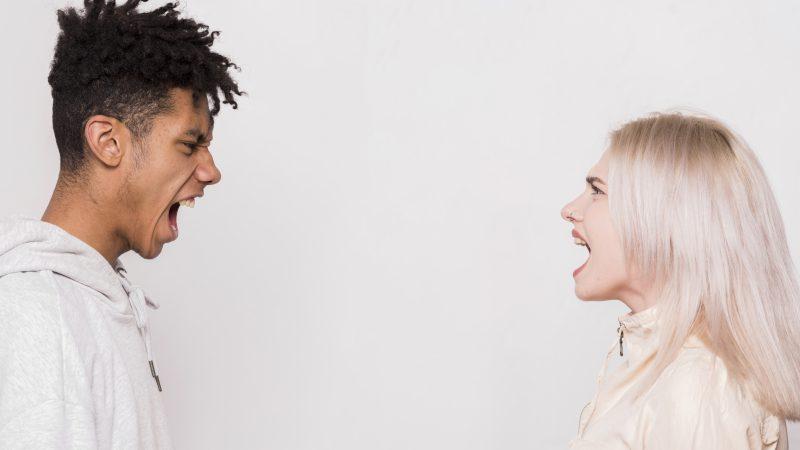 młoda para kłóci się