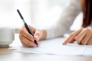 zbliżenie-na-dłoń-kobiety-piszącej-pismo