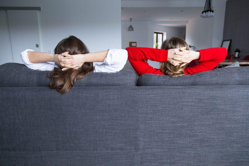 zdjęcie-od-tyłu-kobiet-siedzących-kobiet-na-kanapie-z-założonymi-rękami-za-głową
