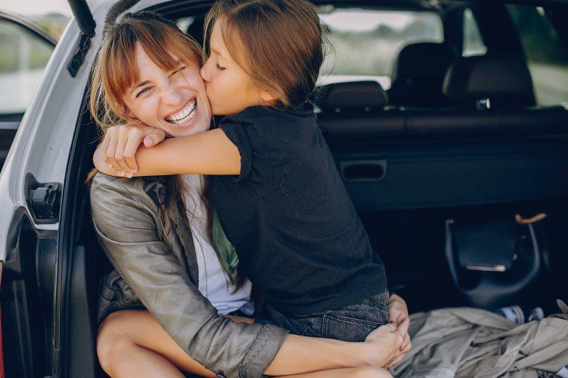 dziecko-z-mamą-siedzą-na-bagażniku-samochodu