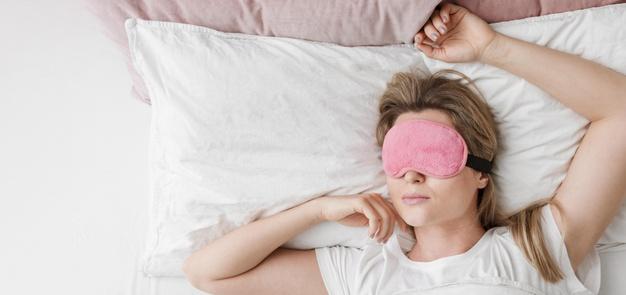 kobieta lezy i sni