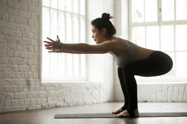 kobieta trenuje uda na sali do fitness