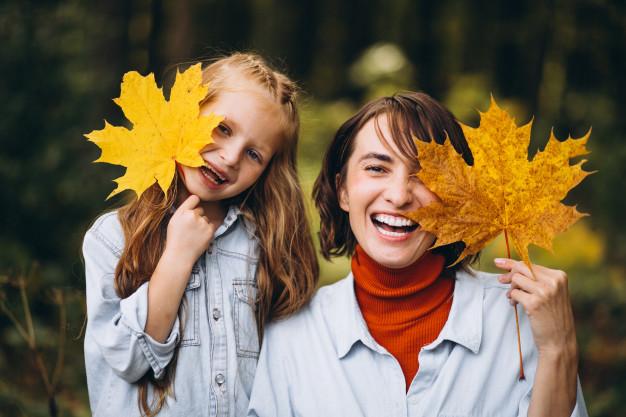 matka z dzieckiem w jesiennym lesie