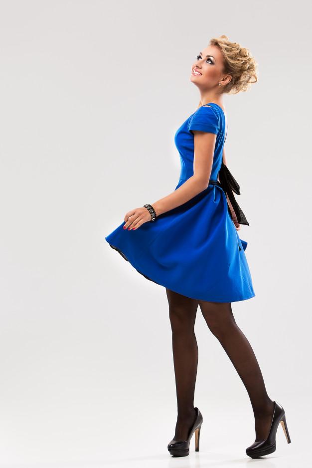 blondynka w chabrowej sukience