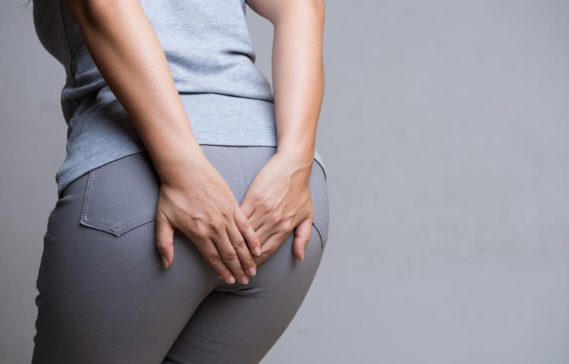 Kobieta cierpiąca z powodu hemoroidów