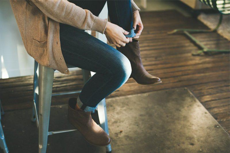 kobieta ubiera jesienne buty