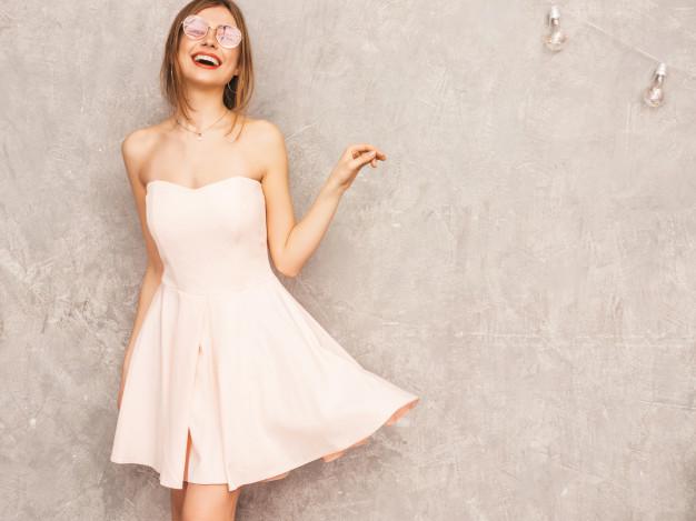 kobieta w rozowej sukience i okularach