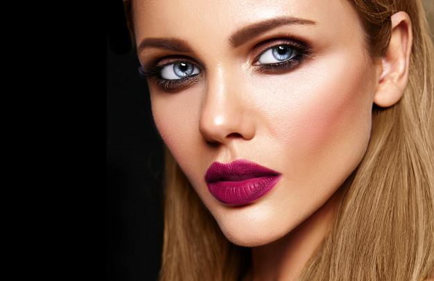 kobieta z makijazem smokey eyes