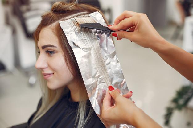 rozjasnianie wlosow u fryzjera
