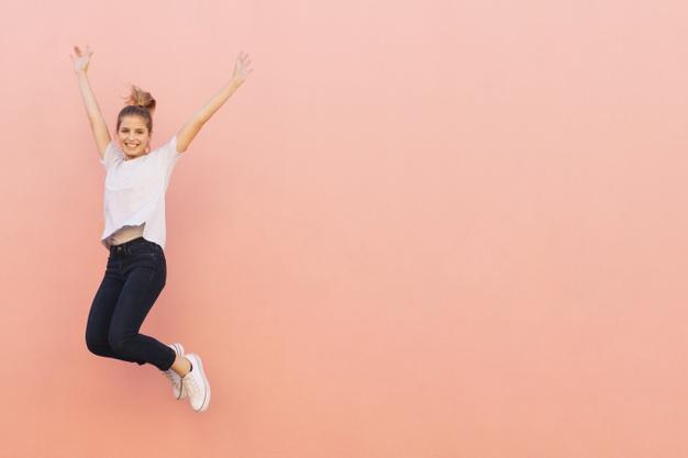 kobieta skacze z radości
