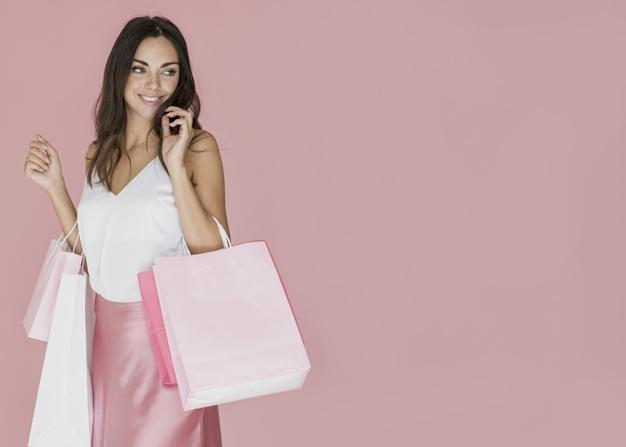 kobieta w rozowej sukience