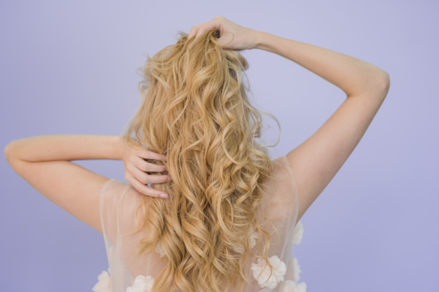 blondynka z kreconymi wlosami pozuje tylem