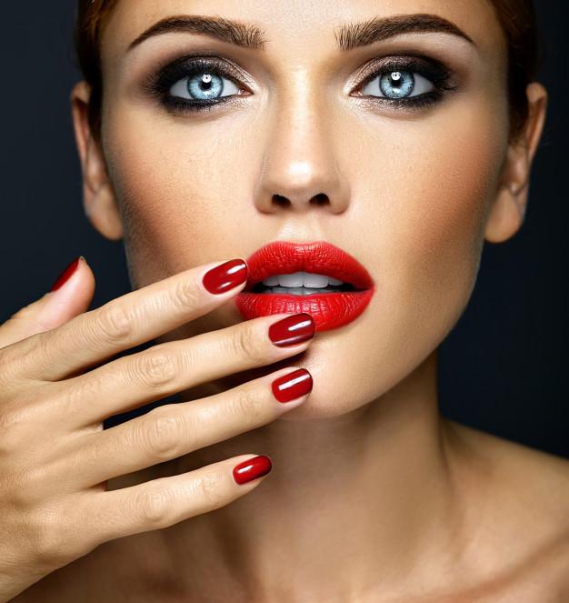 kobieta z akrylowymi paznokciami