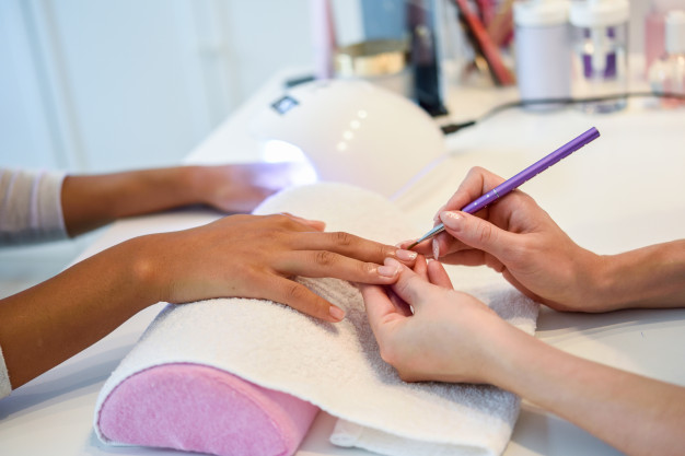 kosmetyczka wykonuje manicure japonski