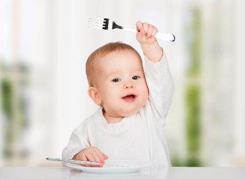 dziecko przy stole z widelcem