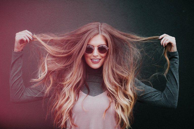 kobieta z dlugimi wlosami i okraglymi okularami