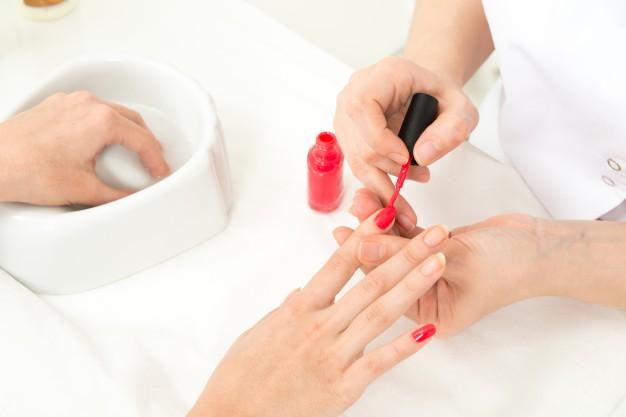kosmetyczka wykonuje manicure