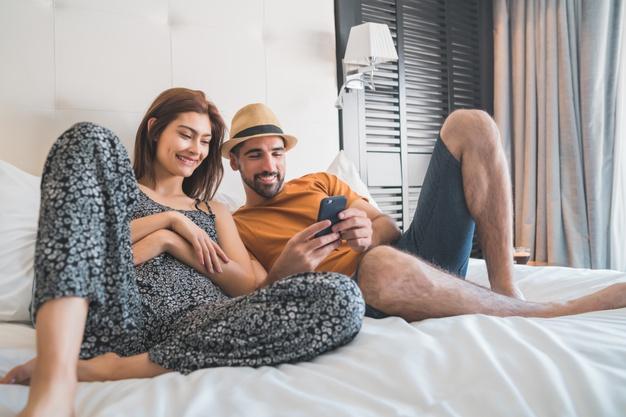 para w pokoju hotelowym