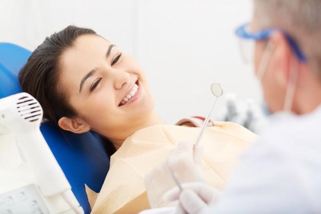 usmiechnieta kobieta u dentysty