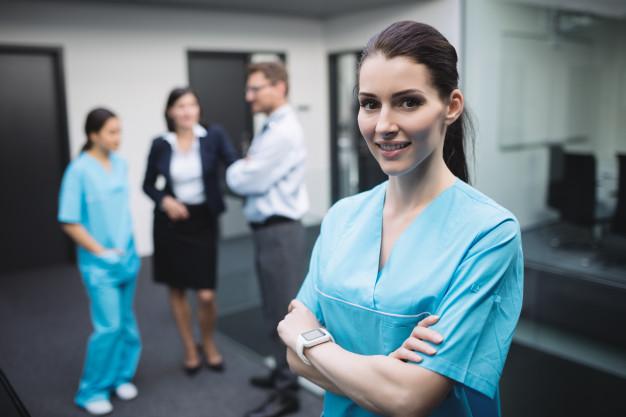 usmiechnieta pracownica w uniformie