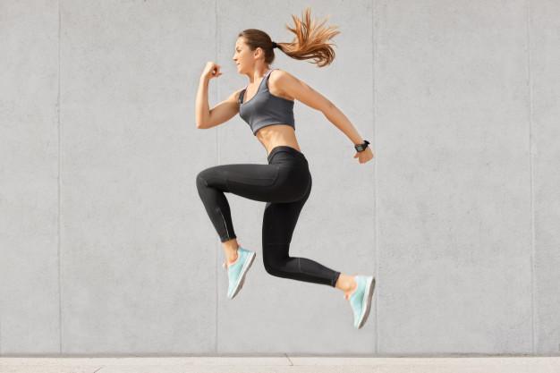 wysportowana kobieta skacze