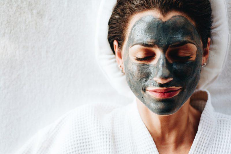 kobieta z szara maseczka na twarzy