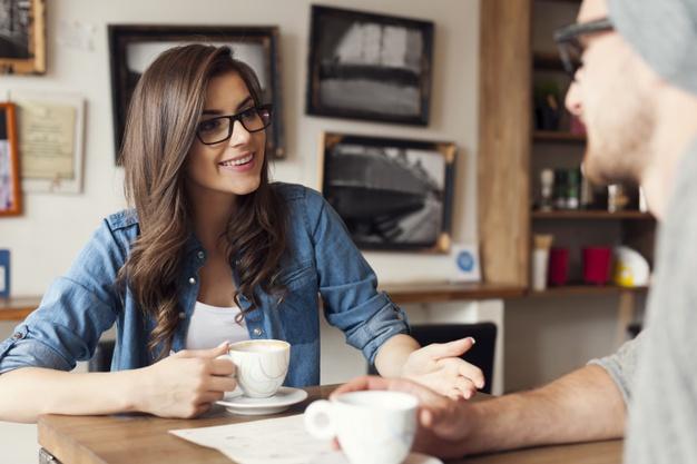 kobieta zagaduje do mezczyzny w kawiarni