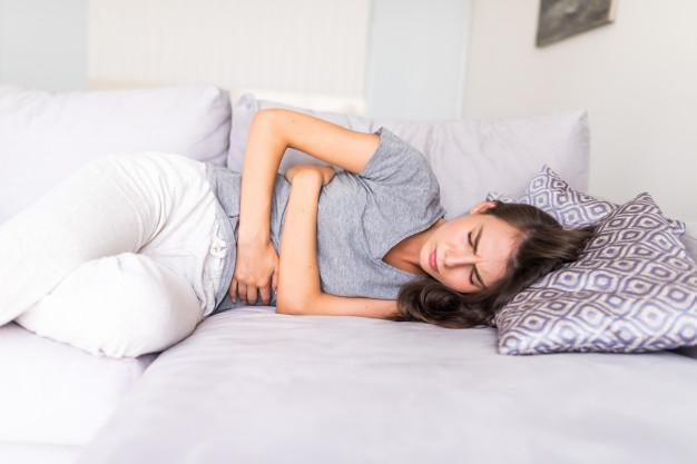 kobieta cierpi z powodu okresu