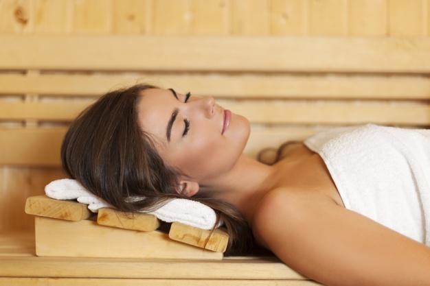 kobieta w saunie dba o wlosy