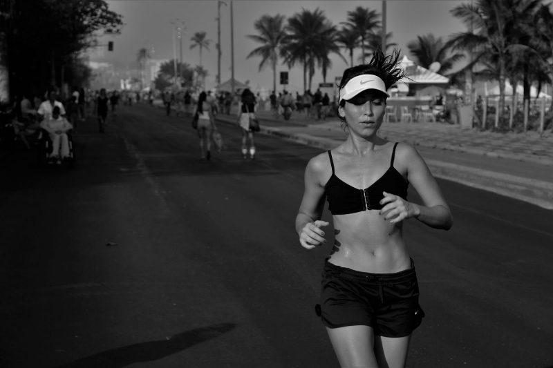 kobieta biegnie ulica