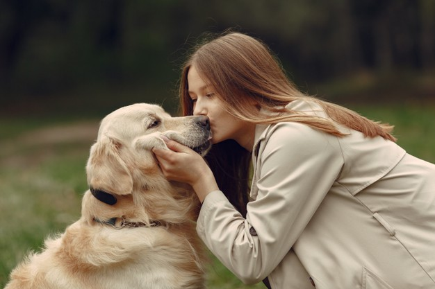 kobieta caluje psa
