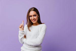 kobieta w bialym swetrze