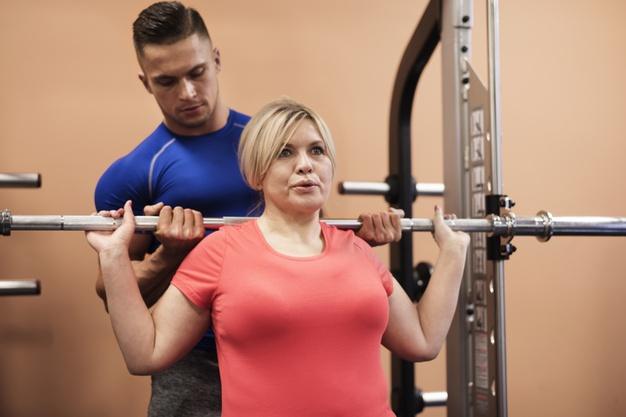 kobieta z trenerem personalnym
