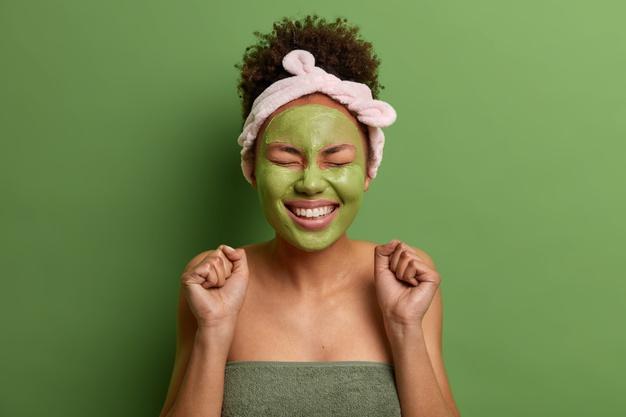 kobieta z zielona maseczka na twarzy