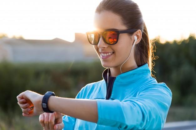 kobieta biega ze smartwatchem