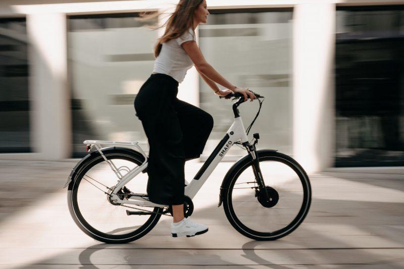 kobieta na rowerze elektrycznym