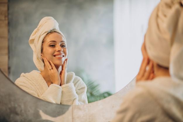 kobieta przeglada sie w lustrze
