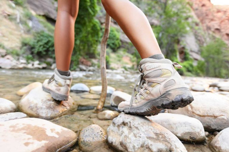 kobieta w butach trekkingowych