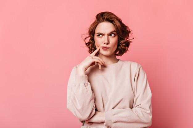 kobieta w rozowym swetrze