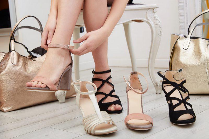 kobieta ubiera buty