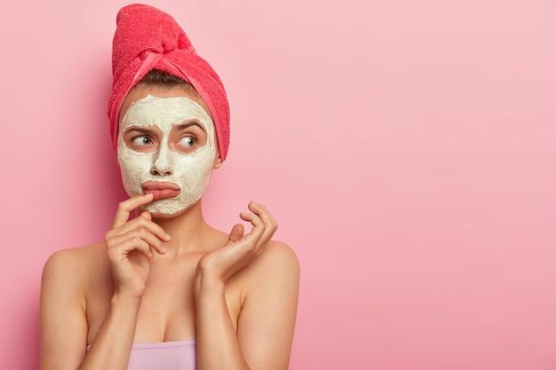 maseczka z bialka na twarzy kobiety