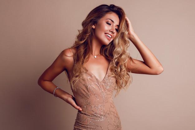 piekna kobieta z blond wlosami i rozowej sukience