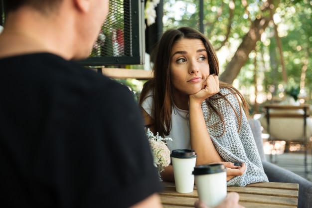 znudzona kobieta na randce