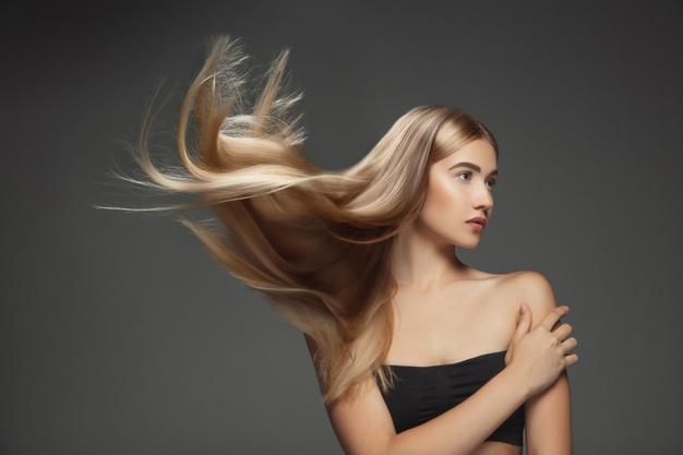 blondynka z dlugimi wlosami