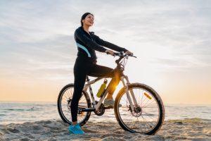 kobieta spala kalorie na rowerze
