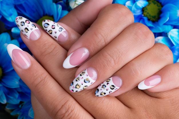 kobieta z paznokciami hybrydami